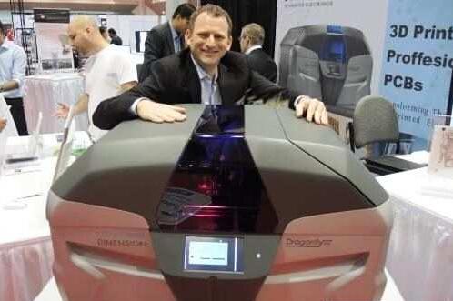 以色列新创公司Nano Dimension共同创办人暨执行长Amit Dror与该公司的3D印表机一同亮相