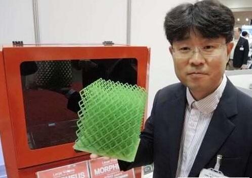 Owl Works行销长S.J. Park展示其低价3D印表机Morpheus